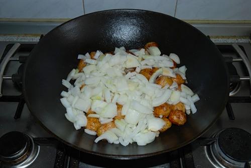 Как приготовить молодой картофель по-деревенски