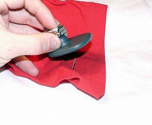 Как снять магнит (бипер, клипсу) с одежды. Фото