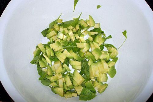 Как приготовить летний салат с авокадо и огурцом