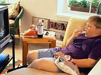 Почему вредно есть у телевизора